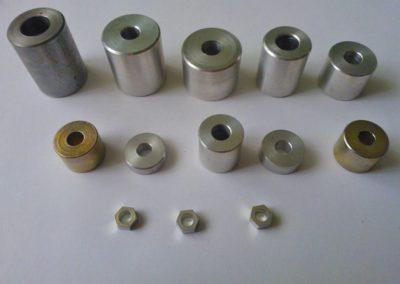 Części metalowe wykonane przy użyciu obróbki skrawaniem